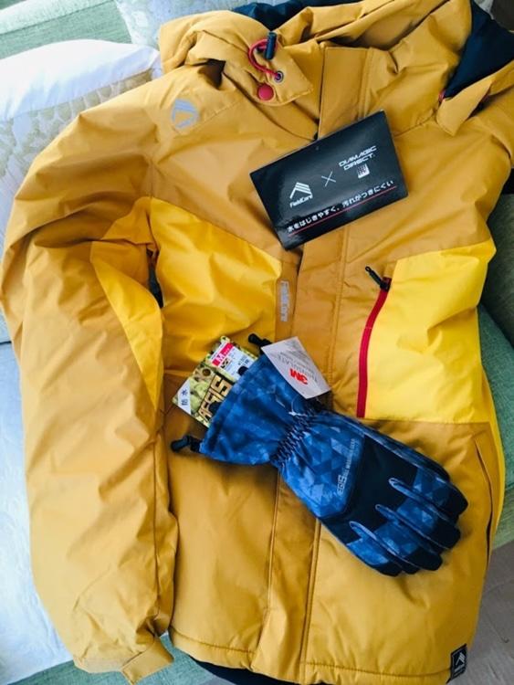 雪かき用のジャンパーと手袋