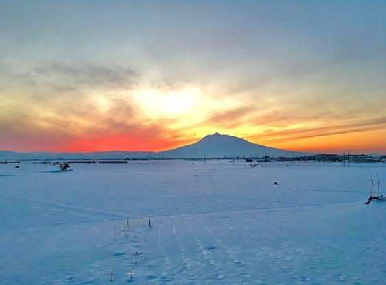 夕暮れの雪の岩木山