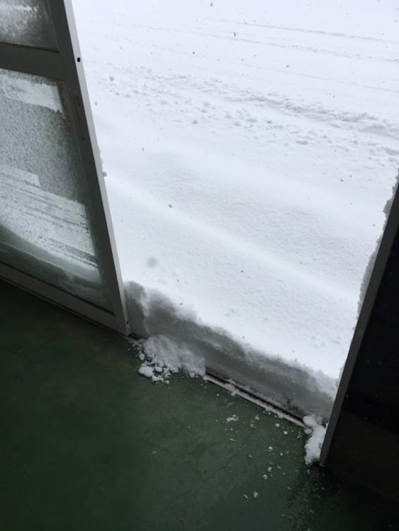 玄関の外に積もった雪
